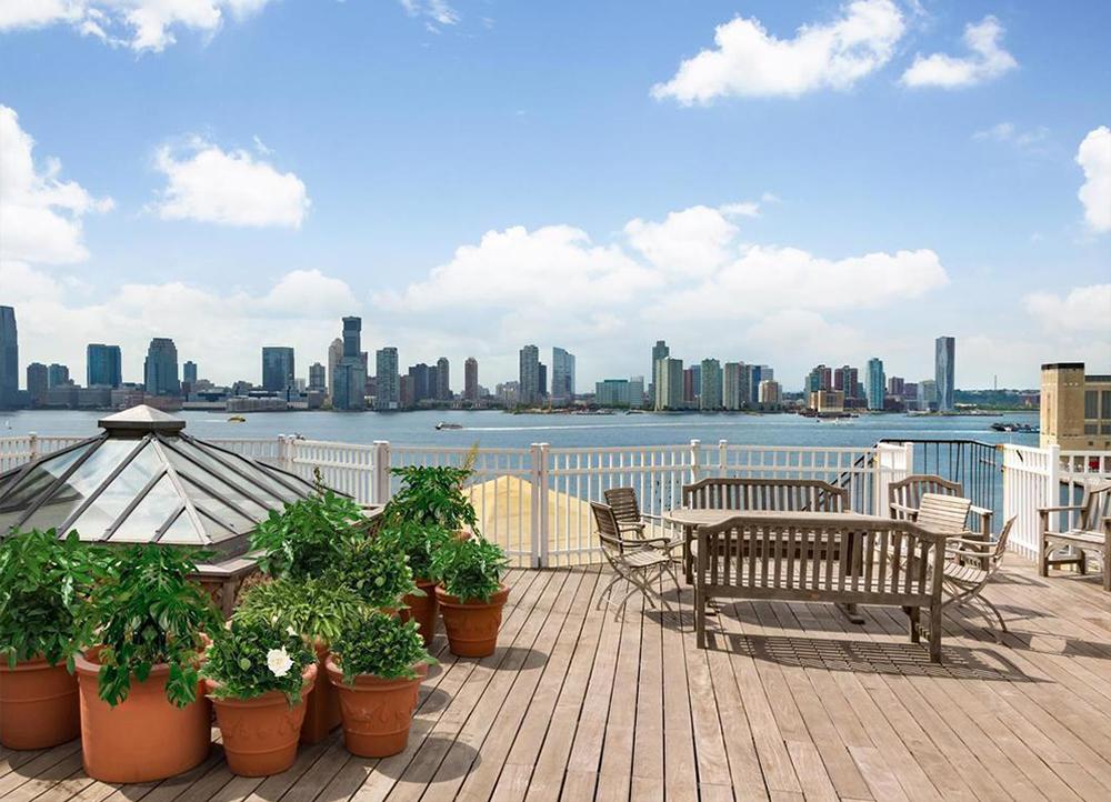 Terrasse panoramique d'un appartement de luxe à New York